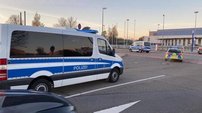 <p>7.20 Uhr: Auch die Polizei ist mit einem Großaufgebot im Einsatz. Von der Messehalle aus macht sich ein Konvoi auf den Weg in den Sperrkreis.</p>