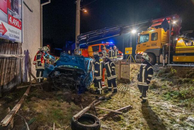 <p>Bei dem Unfall wurden auch ein Zaun, zwei Scheunentore und ein Wohnwagen beschädigt.</p>