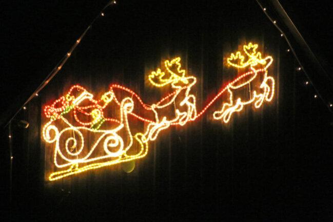 <p>Gen Himmel strebt der Weihnachtsmann an einer Garage in Clausnitz.&nbsp;</p>