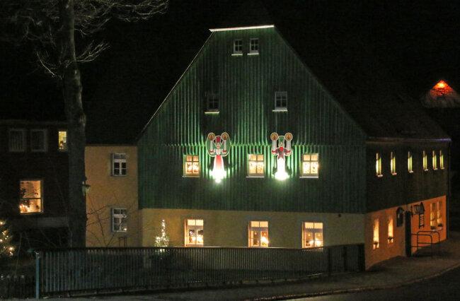 <p>Weihnachtlich-gemütlich liegt das Clausnitzer Bürgerhaus im Lichterschein.</p>