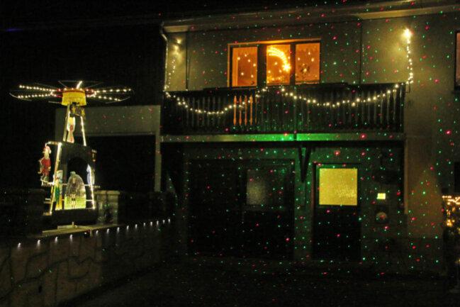 <p>Pyramide und Garagenauffahrt werden in Voigtsdorf in ein buntes Lichtermeer getaucht.&nbsp;</p>