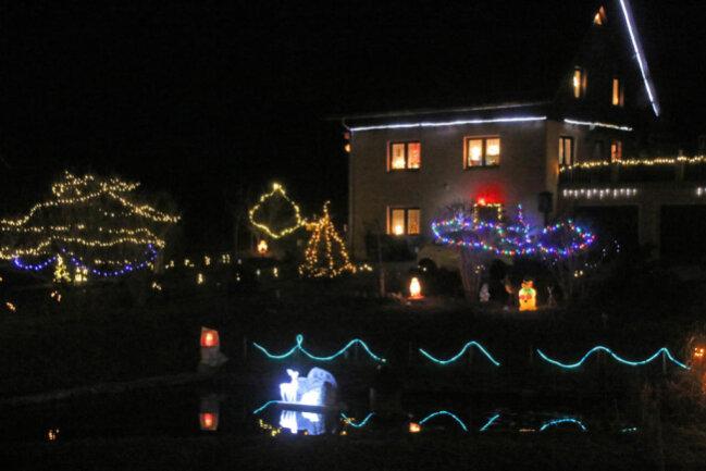 <p>Kaum ein Fleck in dieser Sohraer Gartenanlage bleibt in der Weihnachtszeit unbeleuchtet.</p>