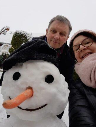 <p>Sabine Dudlik und ihr Mann haben diesen Schneemann vergangenen Sonntag in ihrem Garten in Reinsdorf gebaut.</p>
