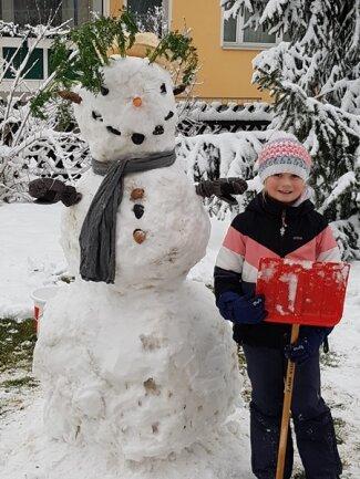 <p>Diesen Schneemann hat Lisa Haufe aus Zwönitz gebaut. Die Achtjährige erklärt, dass der weiße Mann etwas längere Haare habe, da er schon länger nicht zum Frisör konnte.</p>