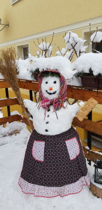 <p>Diese Schneefrau steht in Grünhain Beierfeld an der Goethestraße. Elke Oestreich hat sie für ihre Enkelkinder gebaut, die sie leider schon lange nicht sehen konnte. Elke Oestreich hat die Schneefrau fotografiert und so konnten sich ihre Enkel und sie über das Bild freuen, berichtet sie.</p>