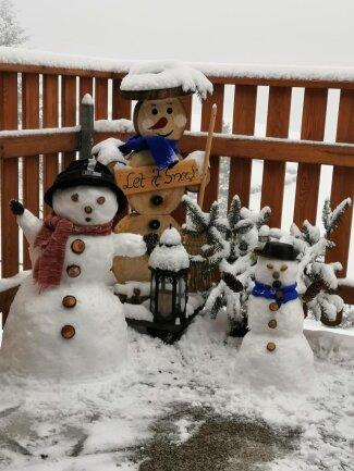 <p>Auf dem Balkon von Kerstin Riedel in Stützengrün stehen diese Schneemänner. Am 3. Januar wurden die Exemplare aus Schnee gebaut. Die Figur aus Holz hat ihr Mann Wolfgang Riedel Anfang Dezember gebaut.</p>