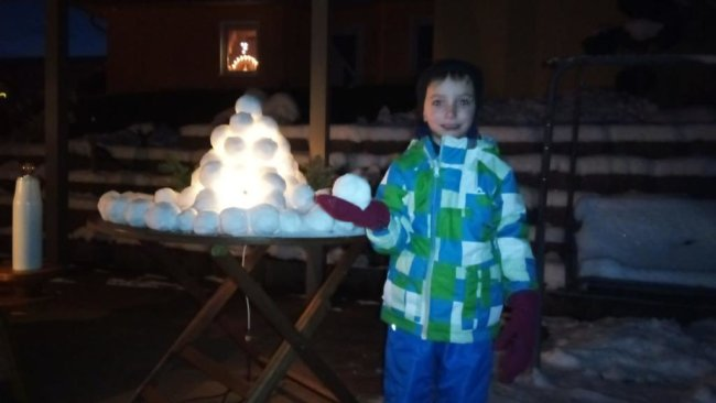 <p>Mit ihrem Enkel hat Familie Meinig aus Stollberg einen kleine Iglu gebaut, der im Inneren mit Beleuchtung versehen ist. Abends wird das Licht im Iglu angeschalten.</p>