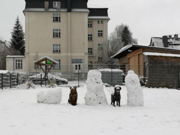 <p>Diese Schneemänner hat Monika Reneberg an der Wallstraße in Thalheim entdeckt.</p>