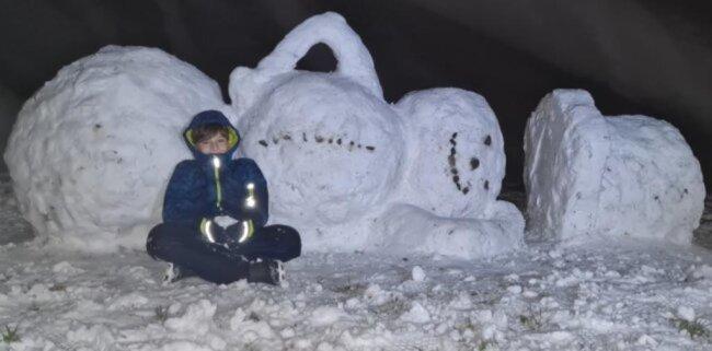 <p>Ein Schneemann, der es sich gemütlich gemacht hat, hat sein Zuhause in Meinersdorf. Man kann erahnen, dass der geknickte Arm des kalten Mannes eine Aufgabe war.</p>