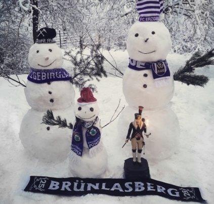 <p>In Aue auf dem Brünlasberg stehen ein paar frostige Fußballfans.</p>
