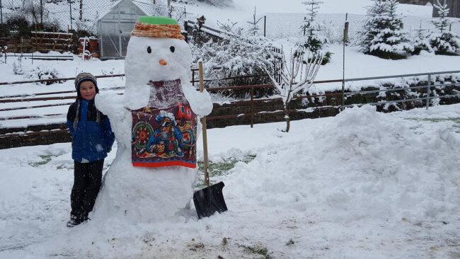 """<p>Sandra Aust aus Leubsdorf schreibt zu diesem Bild: """"Unser Schneemann aus dem frischen Schnee vom Wochenende. Es hat innerhalb kürzester Zeit so viel geschneit, daß die Schneekugeln sehr schnell sehr groß wurden und der Schneemann entsprechend groß wurde. Unser Sohn hat ganze Arbeit geleistet.""""</p>"""
