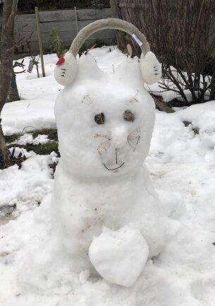 """<p>Familie Dabrowski aus Oederan schreibt zu diesem Bild: """"[Unsere Tochter] Penelope ist 8 Jahre alt und wohnt in Oederan. Sie liebt unsere beiden Kater Goofy und Karlo (Brüder und gleichalt) über alles. Daher war schnell klar wir bauen eine Katze aus Schnee. Mit viel Kreativität ist sie dann ans Werk gegangen. So entstand unsere Schneekatze, natürlich mit Herz.""""</p>"""