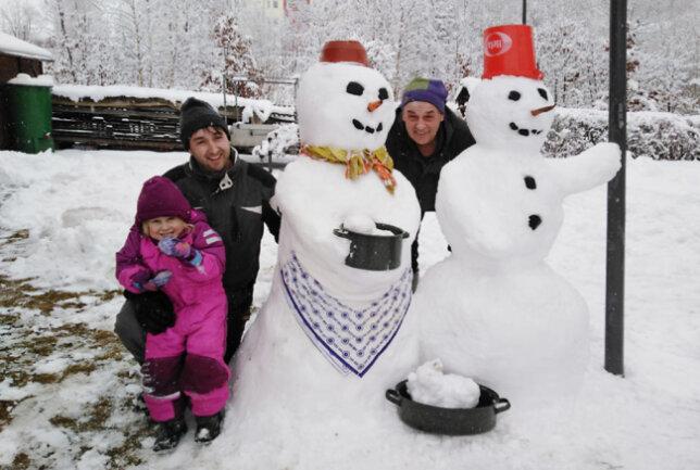"""<p>Roland Ullrich schreibt zu diesem Bild: """"Schneeoma und Schneeopa. Schneeoma hat gerade frisch gekocht: Schneehase mit Schneeklößen. Das Möhrengemüse fand als Schneemannnasen anderweitig Verwendung!""""</p>"""