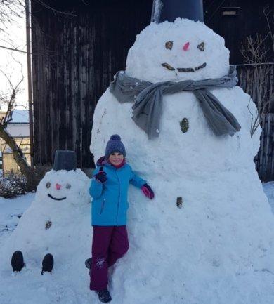 <p>2,80 Meter misst der Schneemann, den Nataly Liebscher mit ihrem Opa Mario in Lippersdorf gebaut hat. Augen, Mund und Knöpfe sind aus Steinen, für das sitzende Exemplar mussten die Schuhe vom Opa herhalten, berichtet Nicole Liebscher.</p>