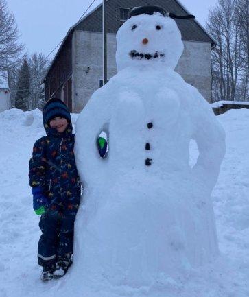 <p>... Ihr dreijähriger Bruder Jona hingegen hakt sich lieber bei der von seinem Vater gebauten Schneefrau unter, die sich mit traditionellen Kohleaugen, -mund und -knöpfen sowie Möhrennase präsentiert. Warum die Schneefrau allerdings eine Bratpfanne als Kopfschmuck trägt, bleibt wohl das Geheimnis ihres Erbauers.</p>