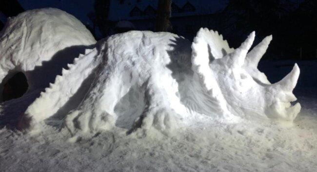 <p>Ein prachtvoller Dinosaurier ist bei Linda Schönherr in Pockau entstanden. Geholfen haben ihr dabei ihre Söhne John und Joe...</p>