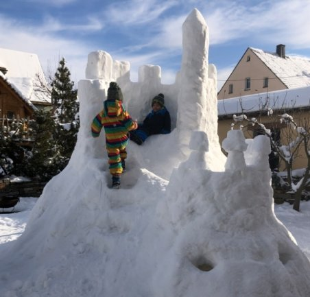 """<p>Die beiden Steppkes hatten offenbar auch Spaß an der winterlichen Ritterburg, die sogar über einen Treppenaufgang und eine Rutschbahn verfügte. Und das waren bei weitem nicht die einzigen Skulpturen, die Linda Schönherr mit sehr viel Geschick aus dem kalten Schnee gezaubert hat. Auch ein Elefant streckte sich auf dem Grundstück aus. """"Während der Zeit des Lockdowns habe ich die freie Zeit genutzt, viel mit den Kindern draußen zu spielen"""", berichtet die Pockauerin.</p>"""