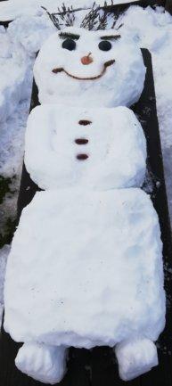 <p>Dieser Schneemann hat es sich auf einer Bank gemütlich gemacht.</p>