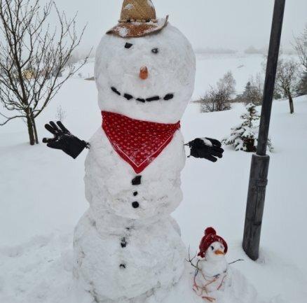 <p>Vater und Kind hat Katrin Gläßer mit Tochter Peggy und Enkel Leon in Seiffen gebaut. Während der zwei Meter große Schneemann mit Strohhut und Halstuch die Strandutensilien vom Opa aufträgt, ist sein rund 30 Zentimeter kleines Kind mit Mütze gut behütet.</p>