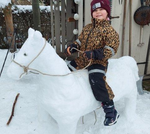 <p>Reiten im Winter kann auch auf einem Schneepferd wunderschön sein, findet Ida Börner, die das mit Mutter Franziska Börner modellierte Tier in Olbernhau bestiegen hat.</p>