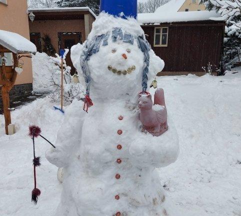 <p>Bei den Großeltern in Görsdorf ist das Schneemädchen mit Katze entstanden, dessen Haare die (ab März wieder) als Friseurin arbeitende Franziska Börner aus einem alten Jeanshemd fachmännisch geschnitten hat.</p>