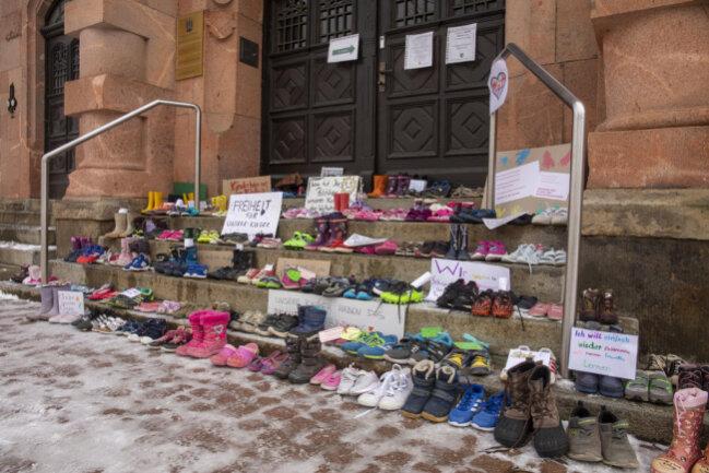 <p>Schuhe vor dem Rathaus in Thalheim</p>
