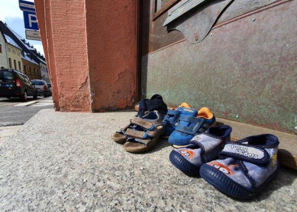 <p>Auch Schuhe am Wolkensteiner Rathaus rücken die Sorgen der Kinder in den Fokus.</p>