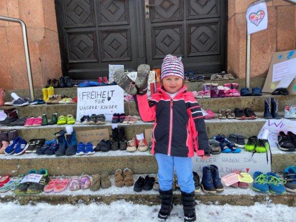 <p>In Thalheim war unter anderem die dreijährige Cailin mit ihrer Mutti zum Rathaus gekommen, um ein Paar ihrer zu klein gewordenen Schuhe zu bringen.</p>