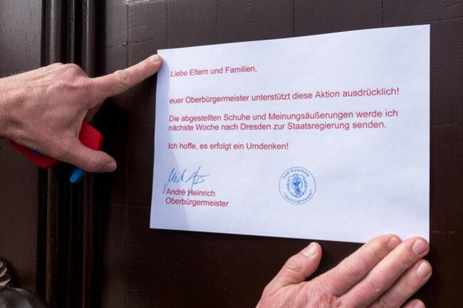 <p>André Heinrich, der die abgestellten Dinge am Samstagmittag entdeckte, fertigte kurzerhand eine Notiz, die er an der Rathaustür befestigte.</p>