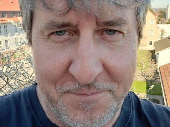 """<p>Uwe Lemke, geboren 1963 in Frankenberg, ist seit knapp vier Jahrzehnten bei der """"Freien Presse"""" dabei. Er arbeitete in mehreren Lokalredaktionen, so zum Beispiel in Hainichen, Werdau und Flöha. Mehr als 18 Jahre lang leitete der gebürtige Frankenberger die Redaktionen in Stollberg, Chemnitz, Annaberg und Rochlitz. Aktuell ist der Diplom-Journalist als Reporter in Mittelsachsen tätig.</p>"""