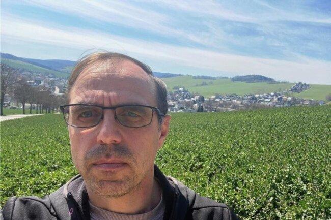 """<p>Kjell Riedel ist 1969 in Erlabrunn geboren und in Grünstädtel - heute ein Ortsteil von Schwarzenberg - aufgewachsen. Da lebt der Diplomingenieur für Elektrotechnik/Elektronik auch, der 1996 als Quereinsteiger zur """"Freien Presse"""" kam. Nach rund zwei Jahrzehnten als Redakteur in Aue ist er seit März 2021 stellvertretender Leiter der Lokalredaktion Annaberg.</p>"""