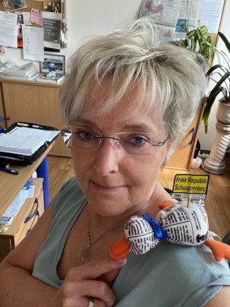 """<p>Beate Kindt-Matuschek wurde 1963 in Schlema geboren.. Nach ihrem medizin-pädagogischen Studium und einer Ausbildung zur Moderatorin, wagte sie Mitte der 1980er-Jahre den Weg in die Selbstständigkeit in der Unterhaltungskunst. Kam 1990 zur """"Freien Presse"""" und ist seither als Lokalredakteurin in ihrer Heimatstadt Schwarzenberg und im Erzgebirge tätig.</p>"""