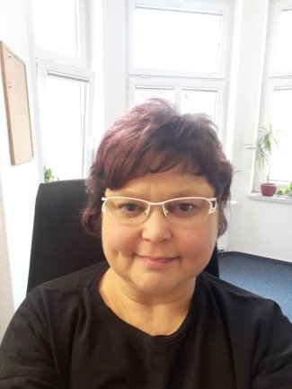 """<p>Saskia Mutschik ist 1973 in Rathenow geboren und wohnt seit 1983 In Aue. Ihre Urgroßeltern stammen aus Italien, was ihre Liebe zudem Land erklärt. Aufgrund ihrer Behinderung wurden ihr einige Steine in den Weg gelegt und sie hat lange den richtigen Arbeitgeber gesucht und bei der """"Freien Presse"""" gefunden. In der Lokalredaktion Aue organisiert sie seither das Sekretariat.</p>"""
