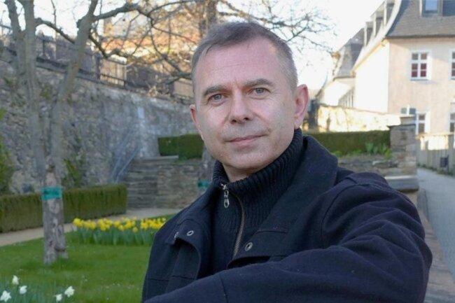<p>Mike Baldauf (54) hat bis 1992 an der TU Chemnitz Physik studiert. Er behält die kommunalpolitische und wirtschaftliche Entwicklung im Zschopauer Raum im Auge. Umwelt- und Landwirtschaftsthemen liegen ihm am Herzen. In seiner Freizeit interessiert er sich dafür, welche Antworten die Wissenschaft auf die Frage bereithält, was die Welt im Innersten zusammenhält.</p>