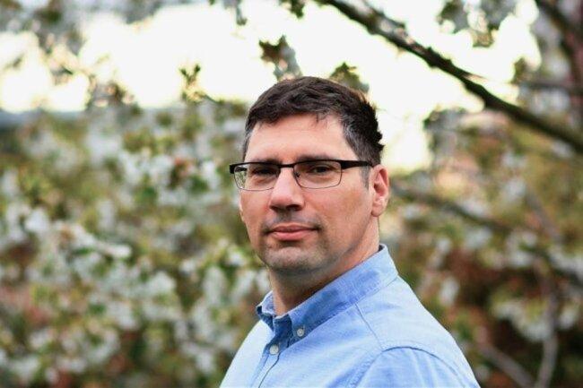 """<p>Thomas Mehlhorn ist geboren und aufgewachsen im Erzgebirge. Nach einem Studium der Kommunikationswissenschaft und einem Volontariat in Augsburg kehrte er 2001 in seine Heimat zurück. Seitdem unterstützte er verschiedene Lokalredaktionen der """"Freien Presse"""". Derzeit ist der Familienvater als Stellvertretender Redaktionsleiter der Lokalredaktion Aue-Schwarzenberg tätig.</p>"""