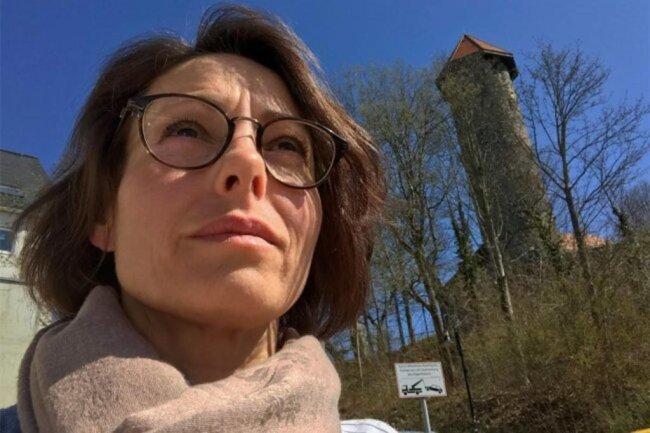 <p>Susanne Kiwitter (Jahrgang 1973) ist im Erzgebirge aufgewachsen und seit Oktober 2016 Verantwortliche Redakteurin der Lokalredaktion Auerbach. In der Schweiz absolvierte sie eine Journalistenausbildung an der EB Zürich und Lehrgänge am MAZ Luzern. Sie leitete die Redaktion einer lokalen Wochenzeitung und schrieb für Schweizer Tageszeitungen. 2012 kehrte sie ins Erzgebirge zurück.</p>
