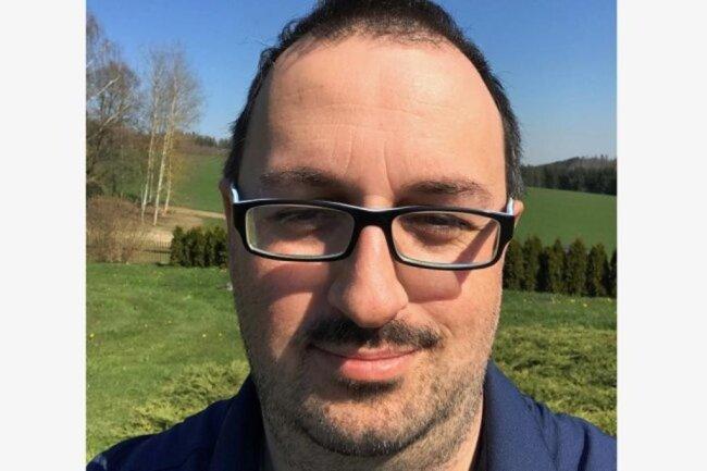 """<p>Ronny Hager, geboren 1977 in Oelsnitz im Vogtland, kam 1992 durch ein Schülerpraktikum zur """"Freien Presse"""". Der studierte Diplomjournalist und Magister der Politikwissenschaften arbeitete zunächst viele Jahre als freier Journalist im oberen Vogtland und ist seit März 2017 Redakteur in der Lokalredaktion Oelsnitz. Sein großes Hobby ist die Regionalgeschichte.</p>"""
