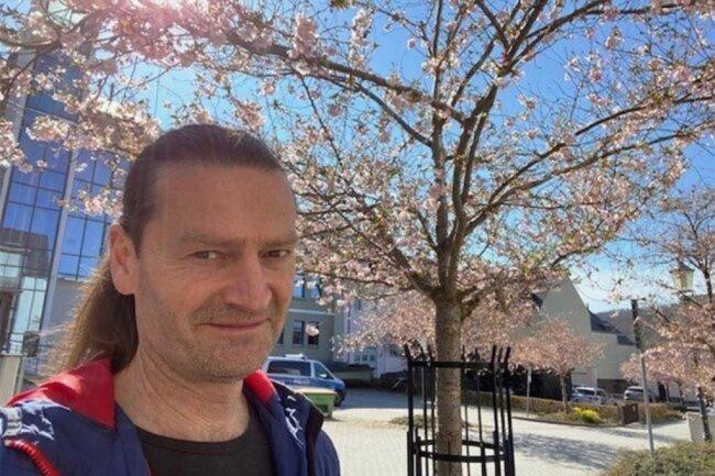 """<p>Gerd Möckel ist im Erzgebirge aufgewachsen und hat einen Metallberuf gelernt. Nach dem Journalistik-Studium arbeitete er als Reporter in einem Dutzend Städte von A wie Aue bis Z wie Zwickau, seit 21 Jahren ist er in der Lokalredaktion Reichenbach. Er mag Land und Leute und als Leser seit mehr als 40 Jahren die """"FP"""" – die ihn oft fesselt, manchmal aufregt, nie aber langweilt.</p>"""