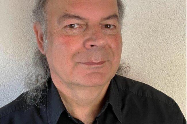 """<p>Thorald Meisel (61) ist seit vier Jahrzehnten als Journalist in Klingenthal und dem oberen Vogtland tätig. Neben der Kommunalpolitik liegt sein Fokus auf der Harmonikaindustrie und -musik, dem Skisport und der regionalen Literatur. Von 1991 bis 2020 war er zudem zuständig für die Seite """"Blick nach Böhmen"""", die wöchentlich über Ereignisse in West- und Nordböhmen informierte.</p>"""
