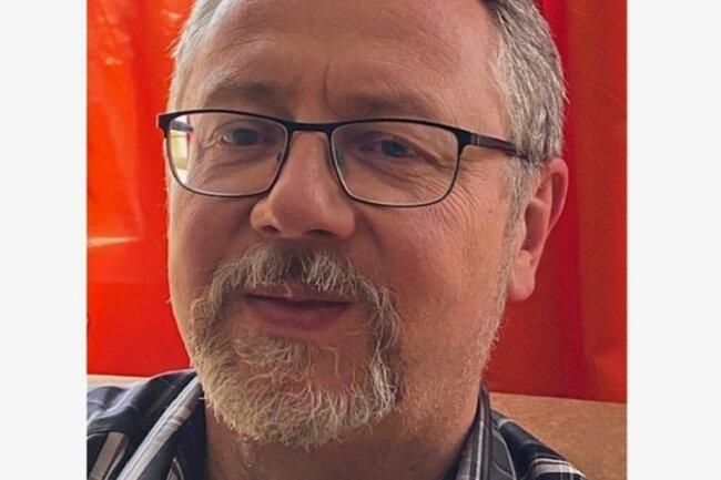 """<p>Bernd Appel wurde als gebürtiger Plauener schon als Kleinkind nach Westsachsen verpflanzt, kam aber doch nie vom Vogtland los und arbeitet inzwischen bereits drei Jahrzehnte als Journalist in der Region. Mit dem Schreiben begann er schon als Schüler – damals noch Abenteuer-Romane. Über die """"Sachsenpost"""" und den """"Vogtland-Anzeiger"""" fand er 2007 zur """"Freien Presse"""".</p>"""