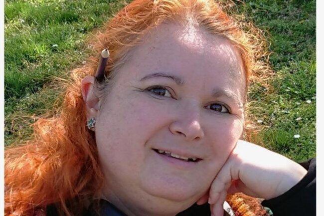 <p>Sara Thiel hat in Leipzig Journalistik und Politikwissenschaften studiert und mit einem Diplom abgeschlossen, um dann im Erzgebirge, im Vogtland und schließlich in Zwickau Leuten Löcher in den Bauch zu fragen. Das Schöne am Lokaljournalismus findet sie: Man darf hemmungslos neugierig sein und jeden Tag etwas dazulernen. Sie mag frischen Wind und laute Musik.</p>