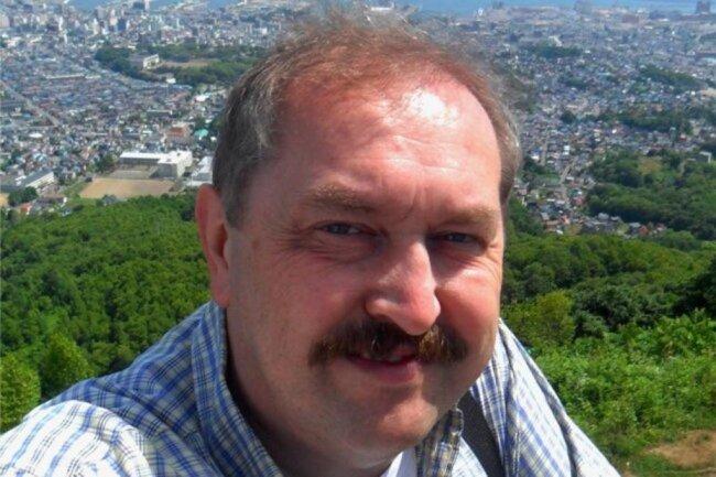 """<p>Thomas Croy, ist 1964 in Zwickau geboren, Abitur in Halle (Saale). Fünfjähriges Studium der Internationalen Ökonomischen Beziehungen in Moskau, Abschluss als Diplom-Ökonom. Ab 1990 Volontariat bei der """"Freien Presse"""" und der """"Rheinpfalz"""" in Ludwigshafen. Seit 1991 Redakteur bei der """"Freien Presse"""", zuständig vor allem für den Sport in Zwickau und Umgebung.</p>"""