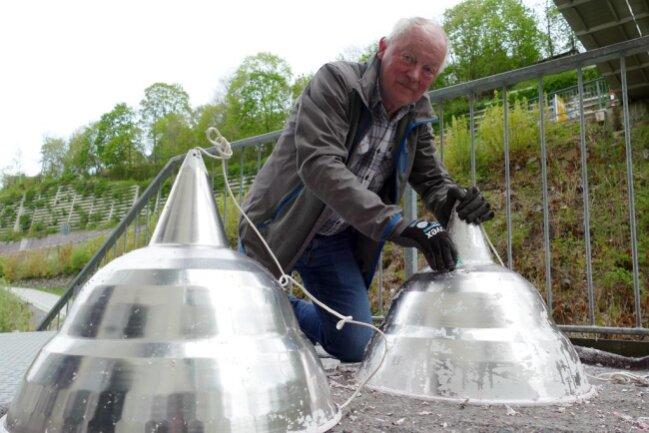 <p>Aus der ehemaligen Disco, die sich nach der Wende im MZ-Werk befand, werden Lampen übernommen, die einen ganz besonderen Flair erzeugen.&nbsp;Zuvor muss Bernhard Brinkmann allerdings noch die Farbe entfernen, um den für den Motorsport typischen metallischen Look herzustellen.</p>