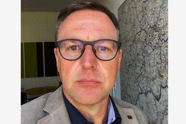 """<p>Torsten Kleditzsch ist seit 2009 Chefredakteur der """"Freien Presse"""". Er stammt aus dem Erzgebirge, studierte in Leipzig Journalistik und Internationale Beziehungen. 1992 startete er als Redakteur in Chemnitz. Zwischendurch war er für zehn Jahre in Halle tätig. Privat schwört er auf Thai Chi, hat seine Schallplatten nie weggeschmissen und sieht gern den Niners zu.</p>"""