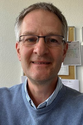 """<p>Udo Lindner hat den Beruf des Journalisten von der Pike auf bei der """"Freien Presse"""" gelernt. Er leitete über viele Jahre die Lokalredaktionen erst in Annaberg, danach in Chemnitz. 2005 wechselte er in die Chefredaktion. Als stellvertretender Chefredakteur ist er heute für das Tagesgeschäft zuständig. Sobald Zeit dafür bleibt, ist er immer wieder auch mit Leidenschaft Reporter.</p>"""