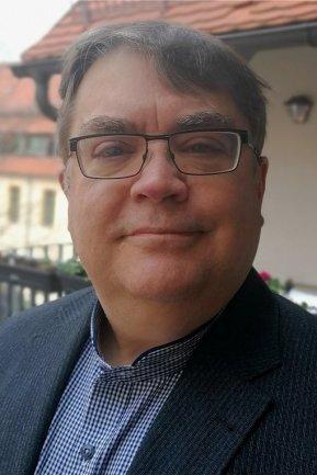 """<p>Stephan Lorenz: wurde 1961 am Niederrhein bei Düsseldorf geboren. In den 1980er-Jahren Studium der Geschichte, Politikwissenschaften und Wirtschaftsgeschichte in Aachen und Göttingen. Er volontierte bei der Hessisch-Niedersächsischen Allgemeinen (HNA) und arbeitete dort als Redakteur. Von 2000 bis März 2021 arbeitete er als Nachrichten- und Politik-Redakteur bei der """"Freien Presse"""", dann wechselte er als Blattmacher in den neuen Newsdesk.</p>"""