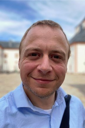 """<p>Felix Birkner ist da, wenn es blinkt, Knöpfe hat oder mit dem Internet kommunizieren will. Der in Chemnitz geborene Medientechniker studierte an der Hochschule Mittweida Media Engineering und kam nach einem Zwischenstopp in Leipzig 2012 zur """"Freien Presse"""". Hier ist er das Bindeglied der Redaktion zur IT. Als Wasserretter im Katastrophenschutz blüht er auf, wenn die Luft brennt.</p>"""