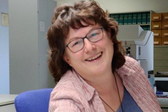 <p>Ilona Laue, geboren in Sachsen, kommt aus dem Werbedruckbereich, studierte Grafische Technik in Leipzig und gehört seit 1992 zum Archivteam. Hier kümmert sie sich um die vielfältigen Rechercheanliegen der Redakteure, Fotografen und Leser – aber auch um Auftragsrecherchen für Schüler, Studenten und Firmen. Die begeisterte Hobbyläuferin ist selbst gern mit dem Fotoapparat in der Natur unterwegs.</p>