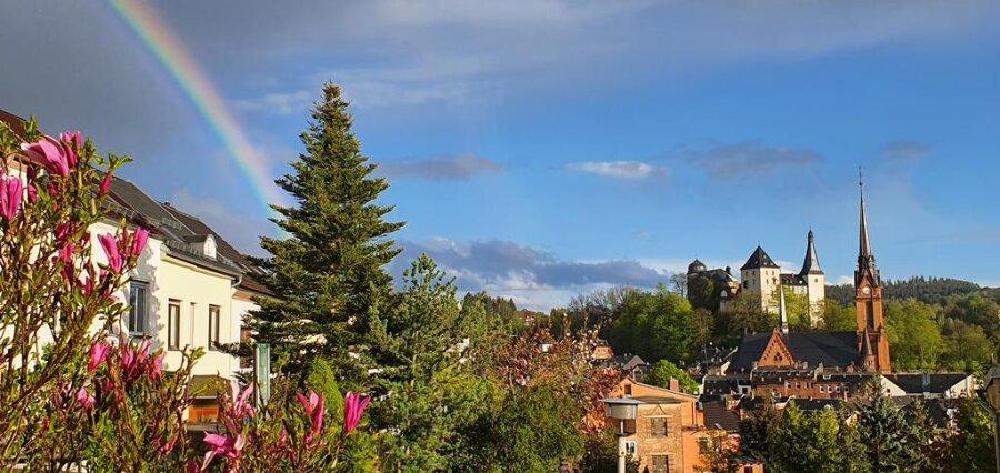 """<p>Ein Regenbogen hat die traumhafte Kulisse perfekt und den Ausblick von Kathleen Wetzels Terrasse auf die Stadt Mylau zum für sie schönsten Vogtland-Blick gemacht: """"Dieses tolle Panorama darf ich jeden Tag genießen"""", freut sie sich über ihre Aussicht auf die Mylauer Kirche und die Burg von ihrem Grundstück an der Friedhofsstraße aus. """"An diesem Anblick kann man sich bei keinem Wetter sattsehen, auch wenn man ihn jeden Tag genießen kann"""", versichert sie. Die Mylauerin begrüßt den Aufruf der """"Freien Presse"""" zur Leser-Aktion, mit der in den nächsten Tagen und Wochen das schönste Vogtland-Panorama gesucht und gekürt werden soll: """"In Pandemiezeiten ist es meiner Meinung nach sehr wichtig, dass man wenigstens noch ein paar schöne und unbeschwerte Momente in der Natur genießen kann, in der man alles um sich herum vergisst"""", schreibt sie. Die Mylauerin hat – wie man sieht – den Vorteil, dass sie dazu nur vor die Terrassentür treten muss.</p>"""