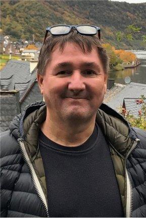 """<p>Thomas Scholze wurde 1968 in Seifhennersdorf geboren. Aufgewachsen in Karl-Marx-Stadt. Gegenüber der Fischerwiese befand sich der elterliche Garten. Kein Wunder also, dass er schon mehrere hundert FCK/CFC-Spiele gesehen hat, als Kind in den 70-ern, als Jugendlicher in den erfolgreicheren Spät-80-ern, als Sportredakteur seit den 90-ern. Seit 2015 (wieder) bei der """"Freien Presse"""".</p>"""